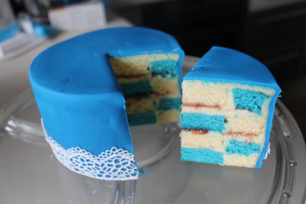 Blaues Spitzentörtchen mit Buttercreme-Füllung